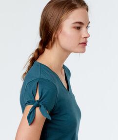 Camiseta estampada azul.