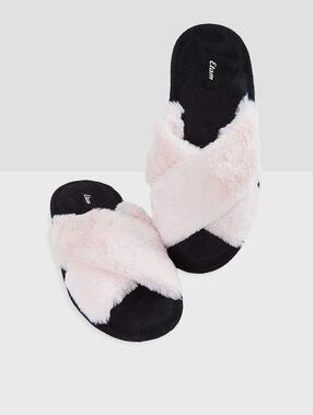 Zapatillas abiertas con pelo rosa.