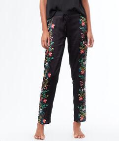 Pantalón corto estampado floral negro.