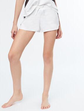 Pantalón corto satén motivos encaje blanco.