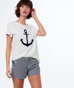 Pantalón corto estilo marinero azul.