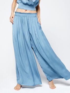 Pantalón de satén oversized azul cielo.