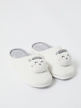 Zapatillas destalonadas con gatitos crudo.