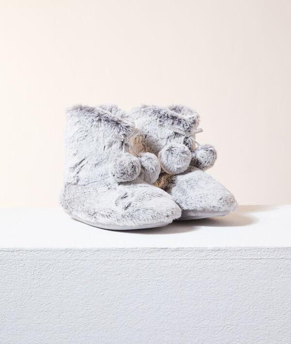 Zapatillas tipo botines con pompones;${refinementColor}