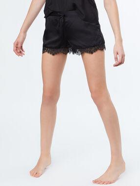 Pantalón corto satén y encaje negro.