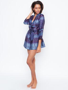 Bata tipo kimono de satén azul.