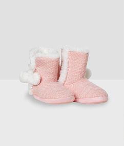 Zapatillas tipo botines con forro rosa.