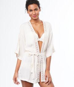 Bata tipo kimono blanco.