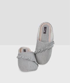 Zapatillas volantes y estampado a rayas c.gris.