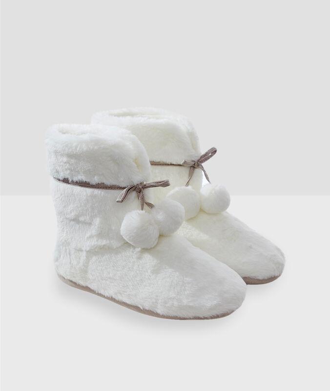 Zapatillas botín con pompones crudo.