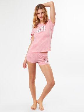 Camiseta manga corta con mensaje rosa.