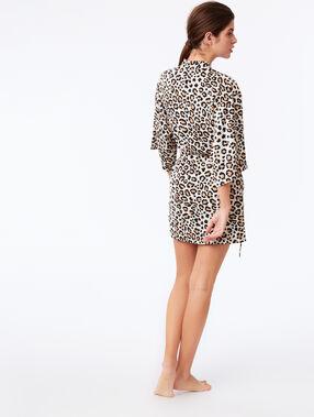 Bata tipo kimono estampado de leopardo crudo.