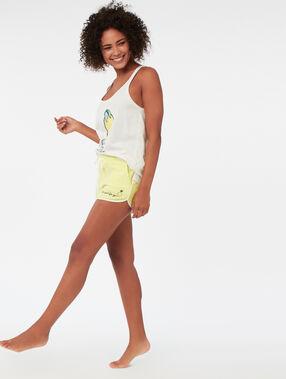Pantalón corto con mensaje amarillo.