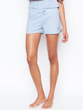 Pantalón corto azul.