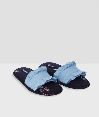 Zapatillas abiertas estampadas con volante azul.