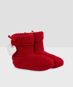 Calcetines tipo botines con forro rojo.