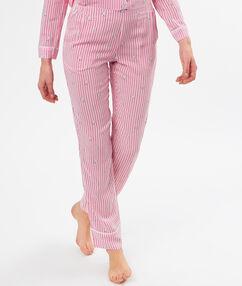 Pantalón estampado a rayas rosa.
