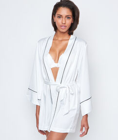 Bata tipo kimono de satén blanco.