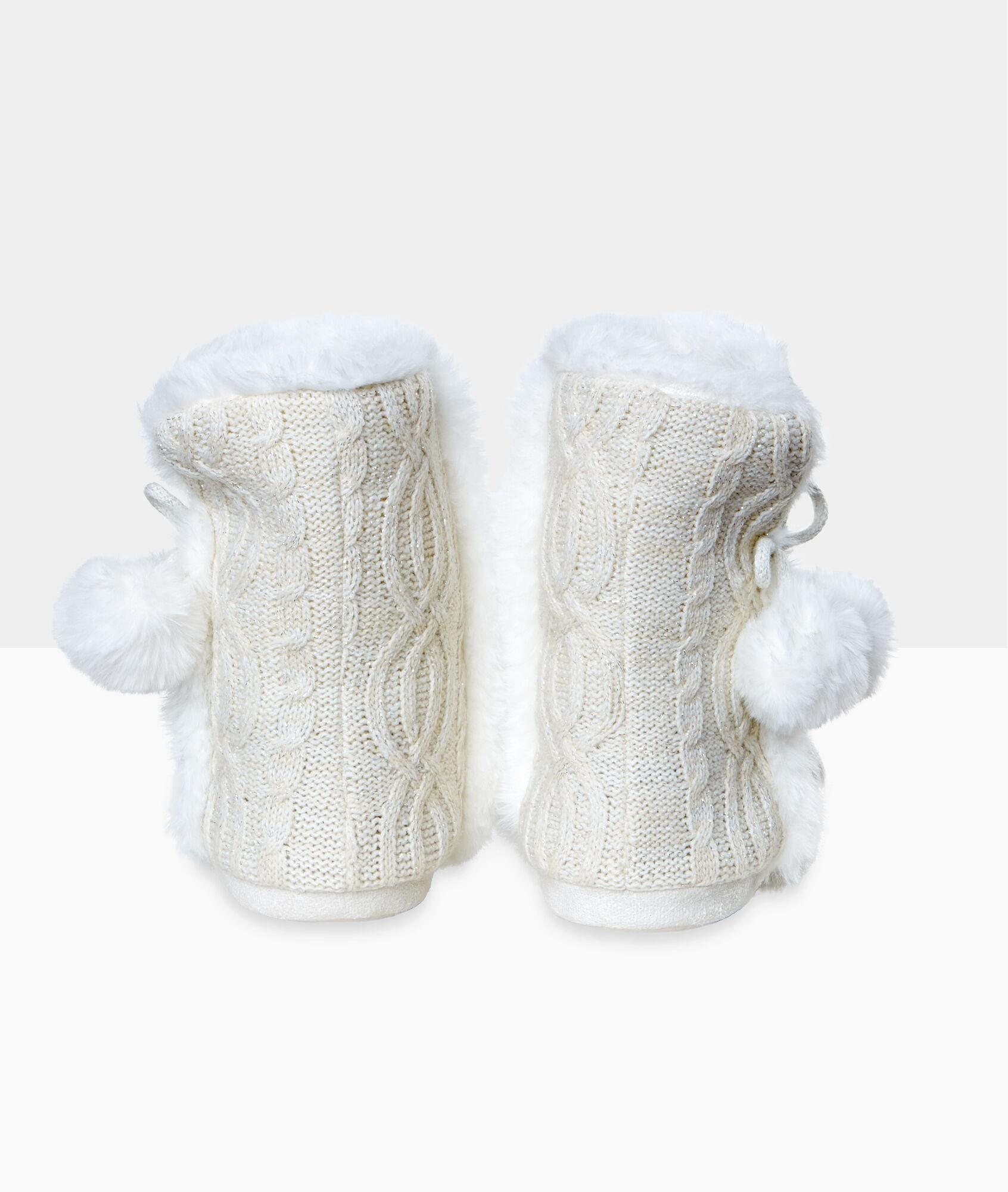 Zapatillas tipo botines con pompones - Pompones para zapatillas ...