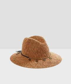 Chapeau de plage marron.