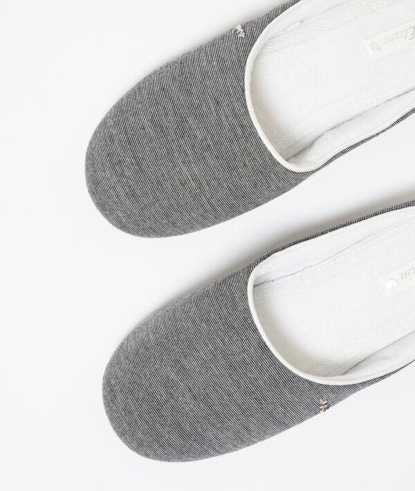 Zapatillas con lazo decorativo