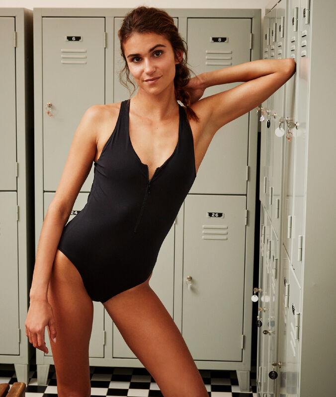 Bañador deportivo negro.