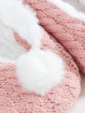 Zapatillas con pompones rosa.