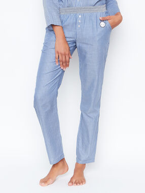 Pantalón estampado a rayas azul.