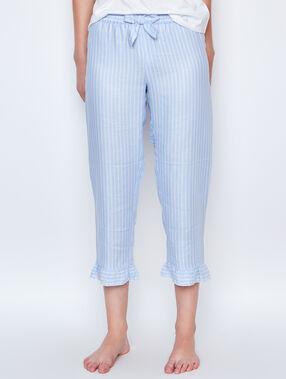 Pantalón a rayas con volantes azul.