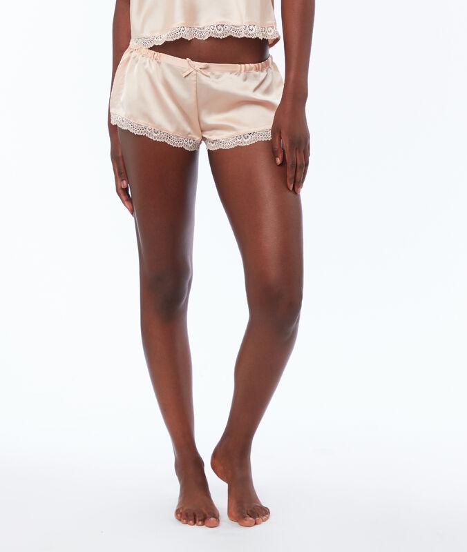 Pantalón corto satén rosa pálido.