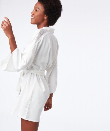 Bata tipo kimono motivos de encaje crudo.