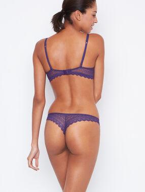 Tanga de encaje violeta.