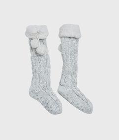 Chaussettes d'intérieur épaisses et doublées gris.