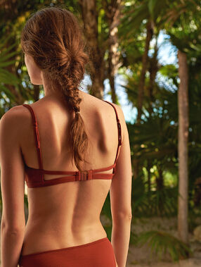 Sujetador bikini triangular suave relieve marrón.