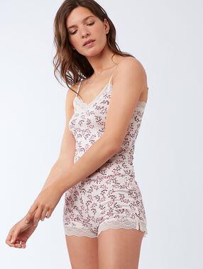 Pantalón corto con motivos de encaje rosa.