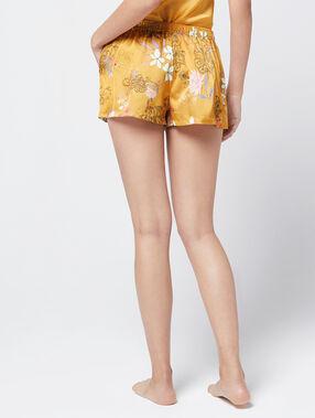 Pantalón corto estampado amarillo.