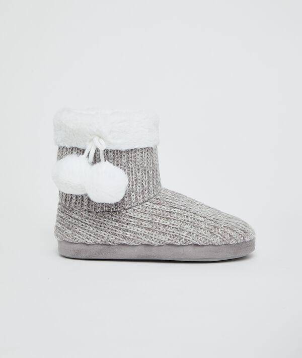Zapatillas tipo botines pompones decorativos
