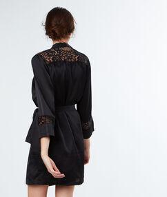 Bata tipo kimono satén y encaje negro.