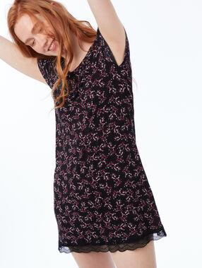 Camisón floral con motivos de encaje negro.