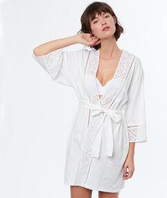 Bata tipo kimono con bordados blanco.
