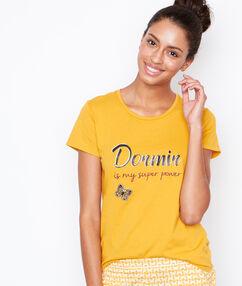Camiseta con mensaje amarillo.