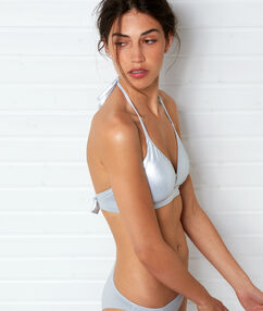 Sujetador bikini triangular metalizado plateado.