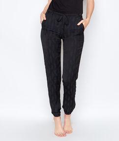 Pantalón estampado negro.