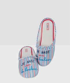 Zapatillas estampado a rayas azul.