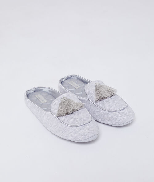 Zapatillas con pompones decorativos