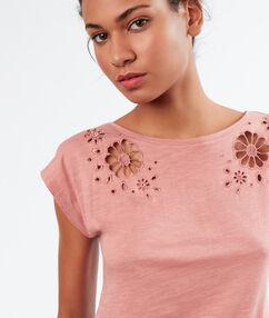 Camiseta con bordados rosa.