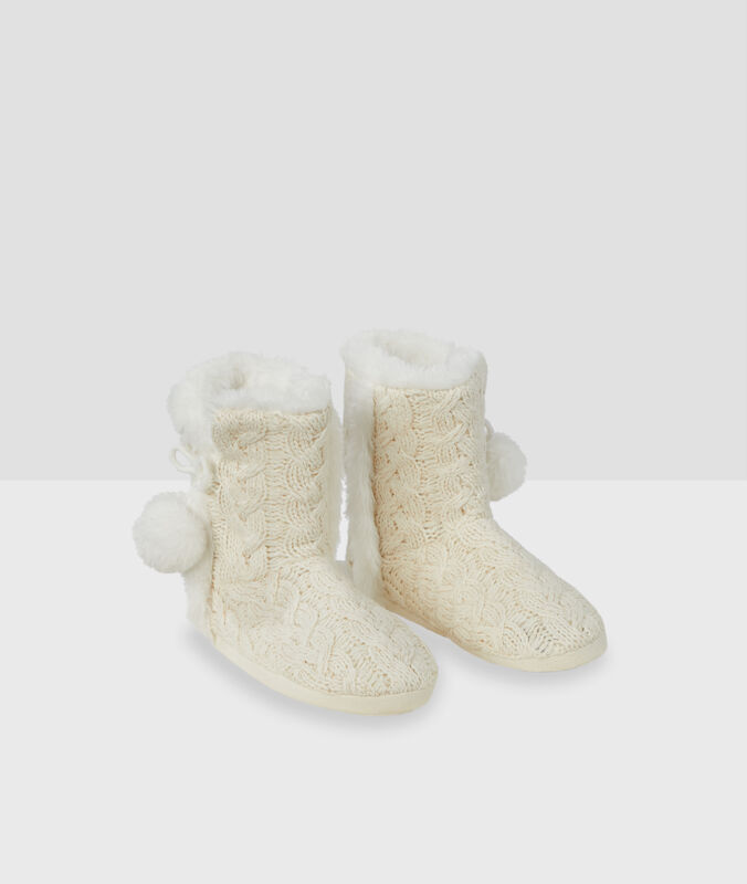 Zapatillas tipo botines tricotadas crudo.