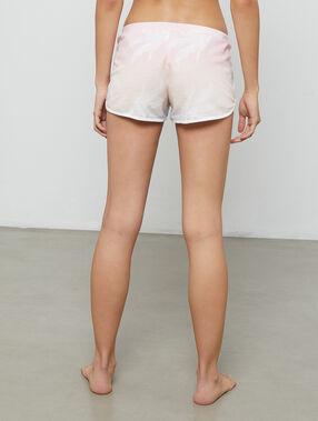 Pantalón corto estampado palmeras rosa pálido.