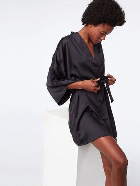 Bata tipo kimono motivos de encaje negro.