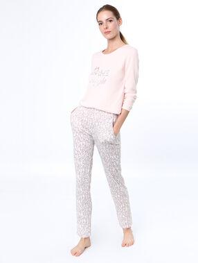 Pantalón con letras rosa.